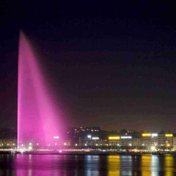 Jet d'eau de Genève illuminé en rose pour illustrer le programme d'actions de l'Association Savoir Patient qui vise à promouvoir et améliorer la qualité de vie des femmes atteintes par le cancer du sein.